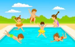 儿童孩子、逗人喜爱的游泳潜水的男孩和女孩跳进水池场面 免版税库存照片
