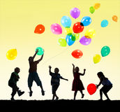 儿童孩子幸福不同种族的小组快乐的使用的Conce 库存图片