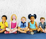 儿童孩子幸福不同种族的小组快乐的概念 免版税库存图片