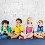 儿童孩子幸福不同种族的小组快乐的概念 免版税库存照片