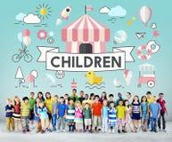 儿童孩子精力充沛的青年嬉戏的概念 免版税库存图片