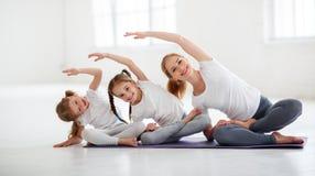 儿童实践参与体操和瑜伽与老师 库存照片