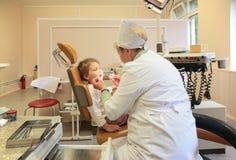 儿童对款待的stomatologist牙 免版税图库摄影