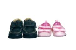 儿童对穿上鞋子二 免版税图库摄影