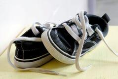 儿童对s鞋子 图库摄影