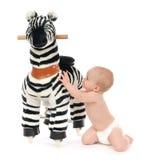 儿童小与大斑马马玩具的小孩戏剧 免版税库存照片