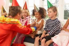 儿童小丑招待 图库摄影