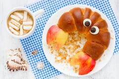 儿童小圆面包螃蟹的滑稽的早餐用苹果 早晨膳食co 库存照片