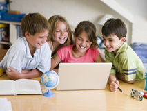 儿童小组家庭作业他们的年轻人 库存照片