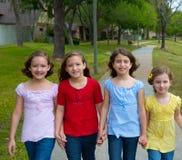 儿童小组走在公园的姐妹女孩和朋友 免版税库存图片