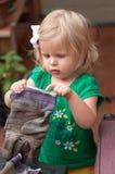 儿童帮助的庭院 图库摄影