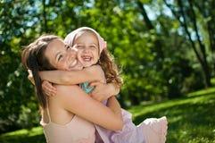 儿童幸福她的母亲 免版税库存照片