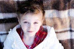 儿童庭院女孩位于的格子花呢披肩 库存图片