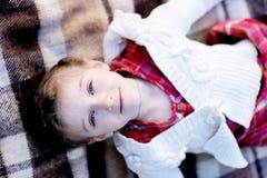 儿童庭院女孩位于的格子花呢披肩 免版税库存照片