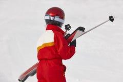 儿童开始学会滑雪用设备 滑雪雪体育运动跟踪冬天 库存照片