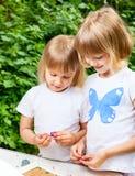 儿童彩色塑泥使用 免版税库存图片