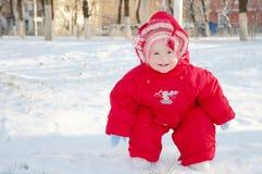 儿童微笑的多雪的街道 免版税图库摄影