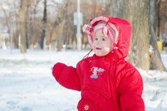 儿童微笑的多雪的街道 免版税库存照片