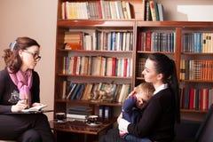 儿童心理学家有孩子的母亲 免版税库存图片