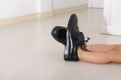 儿童总公司父亲s穿上鞋子连续 库存图片