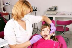 儿童患者和牙医 免版税库存照片