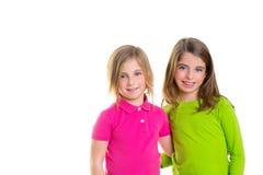 儿童愉快的二个姐妹女孩微笑的拥抱一起 库存图片