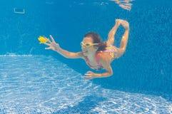 儿童愉快的健康池游泳在水面下 免版税库存照片
