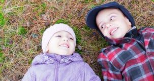 儿童愉快的微笑兄弟姐妹 免版税库存图片