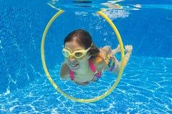 儿童愉快的池游泳游泳在水面下 库存照片