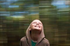 儿童愉快的笑的自然运动背景 免版税库存图片