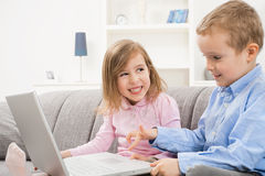 儿童愉快的膝上型计算机使用 库存图片
