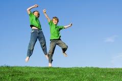 儿童愉快跳的微笑 免版税库存照片