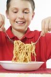 儿童意大利面食扔 免版税库存照片