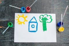儿童房子的` s图画绘与色的油漆 背景概念家房子查出在白色 免版税库存图片