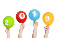 儿童手举行着色气球与2018年 库存照片
