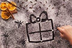 儿童手图画在面粉的圣诞节礼物 库存图片