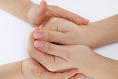 儿童手接触孩子到她的在拳头的母亲的手 免版税库存照片