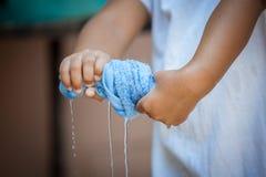 儿童手紧压湿蓝色毛巾p 库存照片