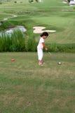 儿童打高尔夫球 图库摄影