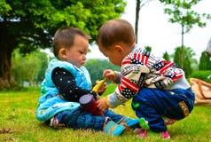 儿童抢夺食物 库存照片