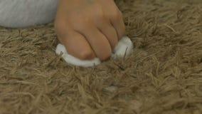 儿童抹被弄脏的地毯