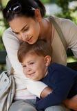 儿童拥抱的母亲公园 免版税库存照片