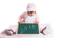 儿童拿着有文本的女婴木黑板2018年我 库存照片