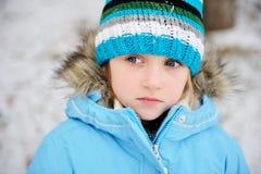 儿童摆在冬天的女孩少许户外成套装&# 库存照片
