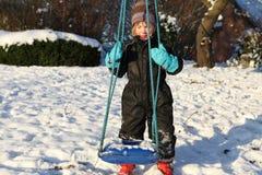儿童摇摆冬天 免版税库存图片