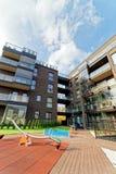 儿童操场和公寓居民住房现代建筑学  库存照片