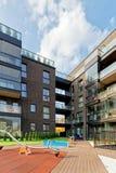 儿童操场和公寓现代建筑学  库存图片