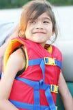 儿童救生背心佩带的年轻人 免版税库存图片