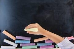 儿童文字的手 免版税库存图片