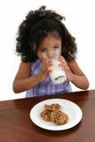 儿童曲奇饼女孩牛奶 免版税库存照片